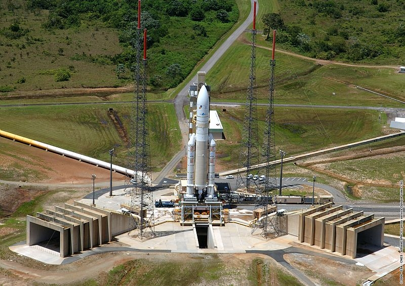 Le lanceur sur son pas de tir. Crédits : CNES/Esa/Arianespace/CSG Service optique